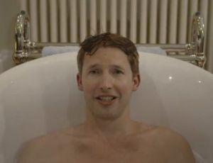 James Blunt pokazuje coś dużego siedząc w wannie...