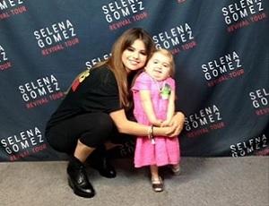 Selena Gomez bawi się z chorą fanką. Wzruszający duet!