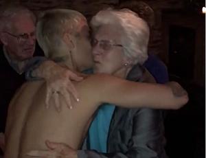 Półnagi Justin Bieber tańczy ze starszą panią